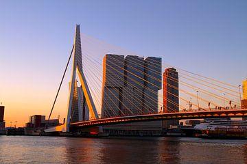 Zonsopgang Erasmusbrug, Rotterdam van Paul Schlüter