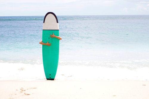 Surfer op wit strand van Vivian Raaijmaakers