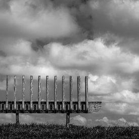 Bankje in de wolken met reepje gras / Mooiste uitzicht ooit van R Smallenbroek