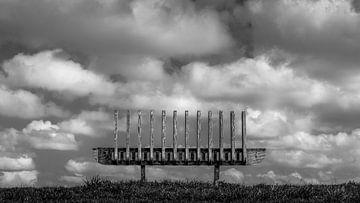 Bank in den Wolken mit Grasstreifen / Schönste Aussicht von R Smallenbroek