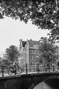 Amsterdamer Grachten in Schwarz-Weiß || Vintage-Reisefotografie von Stadtansichten in Europa von Manon Galama