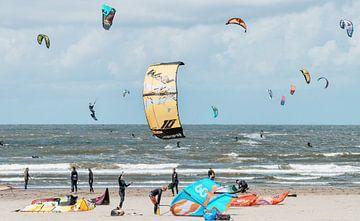 Kitesurfer in der Nordsee bei Velsen-Noord von Keesnan Dogger Fotografie