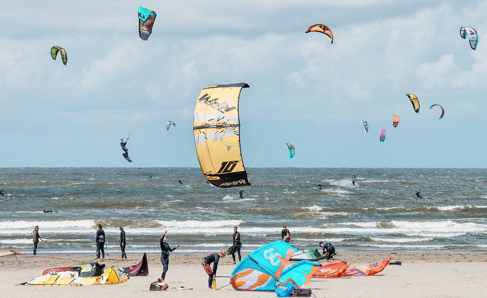 Kitesurfers in de Noordzee bij Velsen-Noord van Keesnan Dogger Fotografie