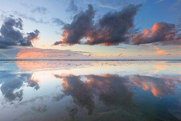 Reflexionen auf dem Wattenmeer von Bas Meelker