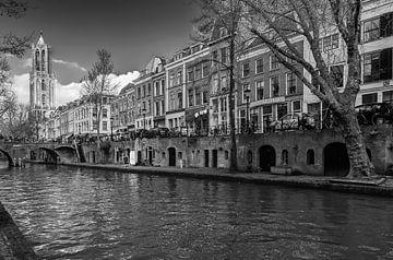 De Dom van Utrecht gezien vanaf de werf aan de Oudegracht in zwartwit van De Utrechtse Grachten