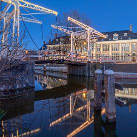 Stadsgezicht Muntgebouw en Abel Tasmanbrug Utrecht in de avond. van André Russcher
