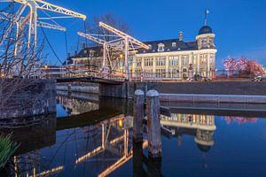 Stadsgezicht Muntgebouw en Abel Tasmanbrug Utrecht in de avond.
