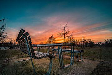 eine Sitzgruppe im Allerpark zum Sonnenuntergang von Marc-Sven Kirsch