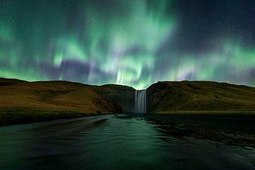 Noorderlicht boven de Skogafoss waterval van Sven Broeckx