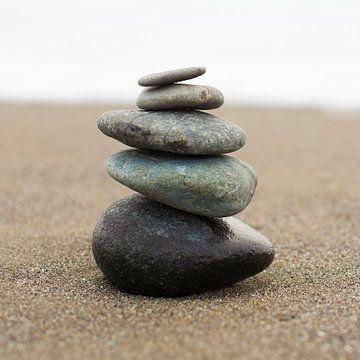 In evenwicht brengende gestapelde stenen (vierkant) van Sanders Fotografie