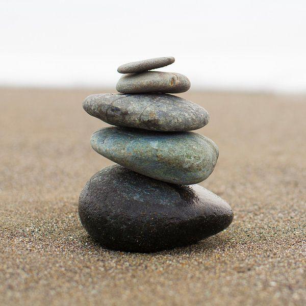 In evenwicht brengende gestapelde stenen (vierkant) von Sanders