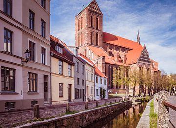 Molenkuil met Nikolai kerk in de oude stad Wismar in Mecklenburg-Vorpommern van Animaflora PicsStock