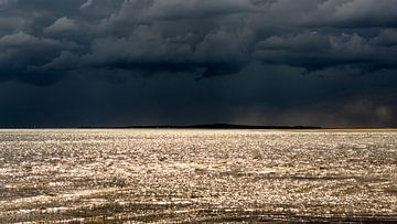 Zwarte lucht en zonneschijn van Roel Ovinge