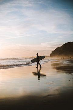 Zonsondergang surfer van Roy Mosterd