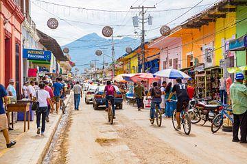 Kleurrijke drukke straat in Granada Nicaragua van Michiel Ton