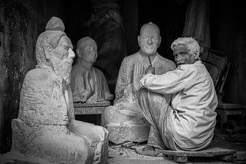 Beeldhouwer aan het werk in zijn winkel in Varanasi India. Wout Kok One2expose sur Wout Kok
