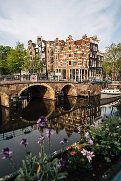 Lekkeresluis straat met Prinsengracht straat (Jordaan), Amsterdam. van Lorena Cirstea