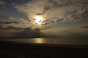 Strandwandeling bij zonsondergang van Edwin Harpe