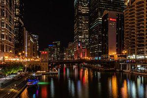 De Chicago River bij nacht van
