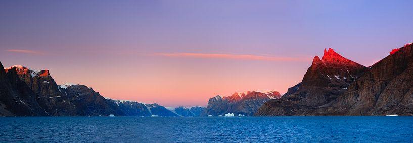 Zonsopkomst A-Fjord, Scoresby Sund, Groenland van Henk Meijer Photography