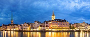 Zurich panorama in het blauwe uur van Dennis van de Water