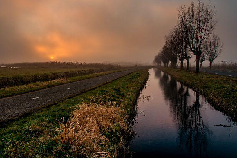 Zonsondergang in de mist van Ton de Koning