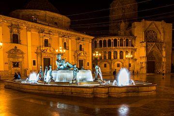 Plaza de la Virgen et fontaine à Valence, Espagne, plan de nuit sur Dieter Walther