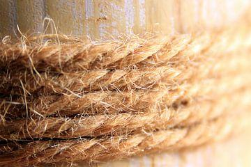 Seil um eine Holzstange gewickelt