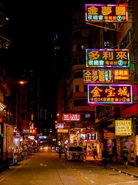 Neon lights in de streets of Hong Kong van Vitamine Sightsee