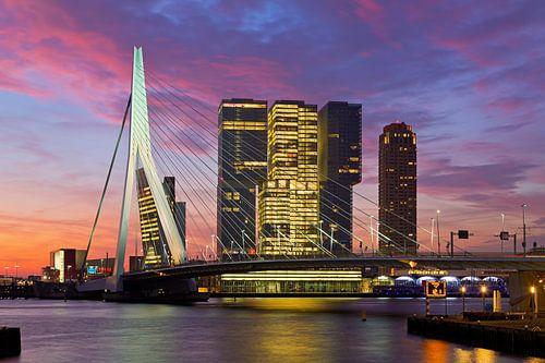 Zonsopkomst bij de Rotterdam en Erasmusbrug van Anton de Zeeuw