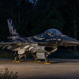 Dark Falcon in the night! Prachtige F-16 demokist van de Belgische Luchtmacht in de avond gefotograf van Jaap van den Berg