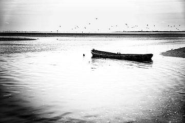 Gezonken boot in Oosterschelde van Arie Storm