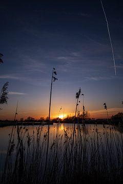 Sonnenuntergang an einem Bach von StephanvdLinde
