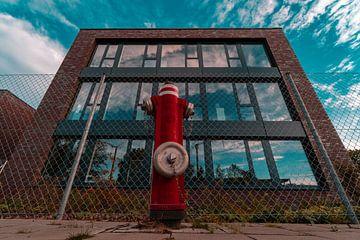 Der rote Hydrant im Wolkenmeer von Marc-Sven Kirsch