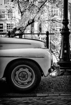 Volvo Kattenrug op de Oudegracht in Utrecht in zwart-wit van De Utrechtse Grachten