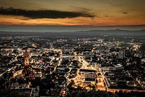 Stadsgezicht in nacht van Freiburg im Breisgau van Jan Hermsen
