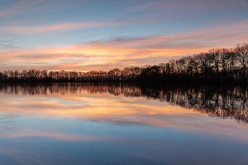 Zonsondergang reflectie in het water! van Peter Haastrecht, van