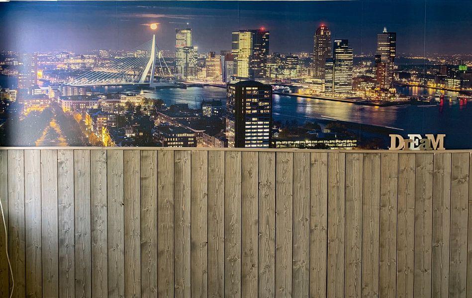 Klantfoto: Red moon over Rotterdam van Ilya Korzelius, op behang