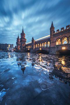 Berlin Oberbaumbrücke im Winter mit eisiger Spree von Jean Claude Castor