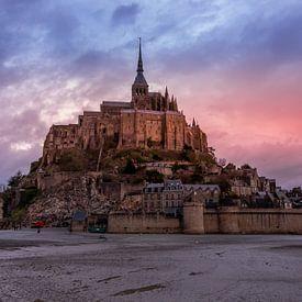 Mont Saint-Michel during sunset von John Ouds