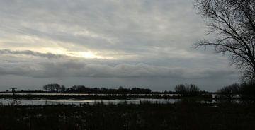 Bewolkte winterochtend bij het Sneekermeer van Pim van der Horst