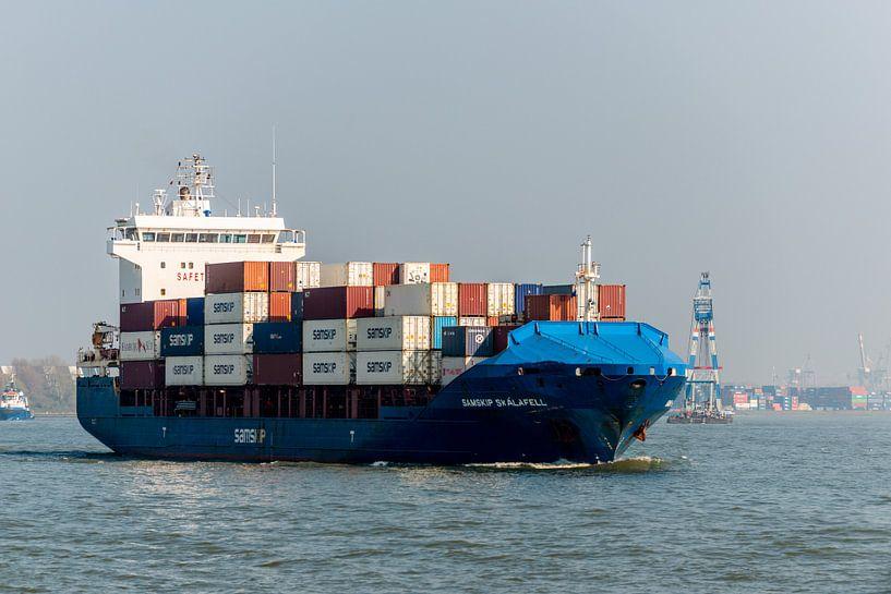Containerschip onderweg naar de zee van Brian Morgan