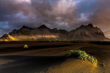 Wunderschönes Licht auf einer Berglandschaft in Island von Sander Grefte
