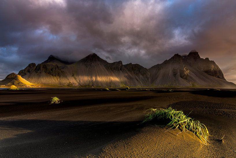 Prachtig licht op een berglandschap in IJsland van Sander Grefte