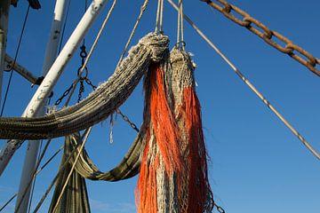 Detail van hangend net op een vissersboot van Tim Groeneveld