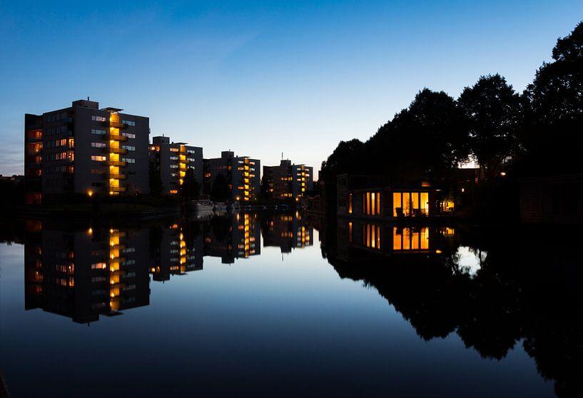 Spiegelingen in het Reitdiep van Iconisch Groningen