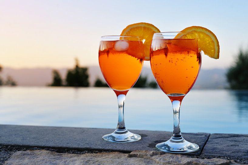 twee glazen met Spritz Veneziano, een Italiaans cocktaildrankje van aperol, prosecco en soda op een  van Maren Winter