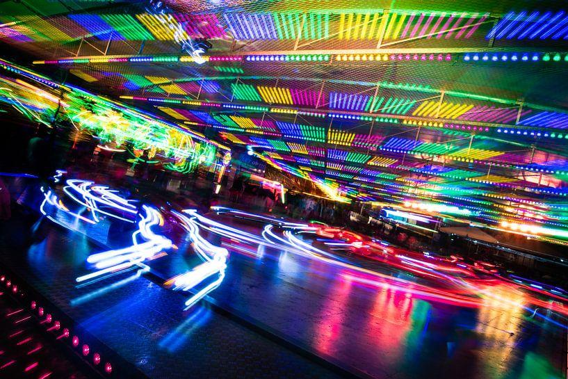 Vergnügungspark, ein Fest aus Licht und Bewegung. von René van der Horst