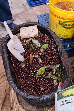 Olijven op een markt in Mallorca van t.ART