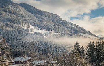 Winterdorf am Berghang in Österreich von Mariette Alders